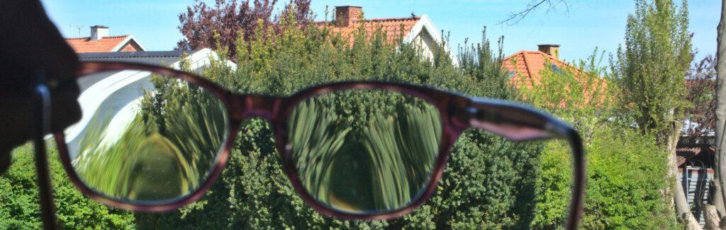Glidende overgang har forskellig styrke i den største del af glasset. Kun øverst i midten, hvor afstandsfeltet er placeret, ses samme styrke som i enkeltsstyrkebrillen