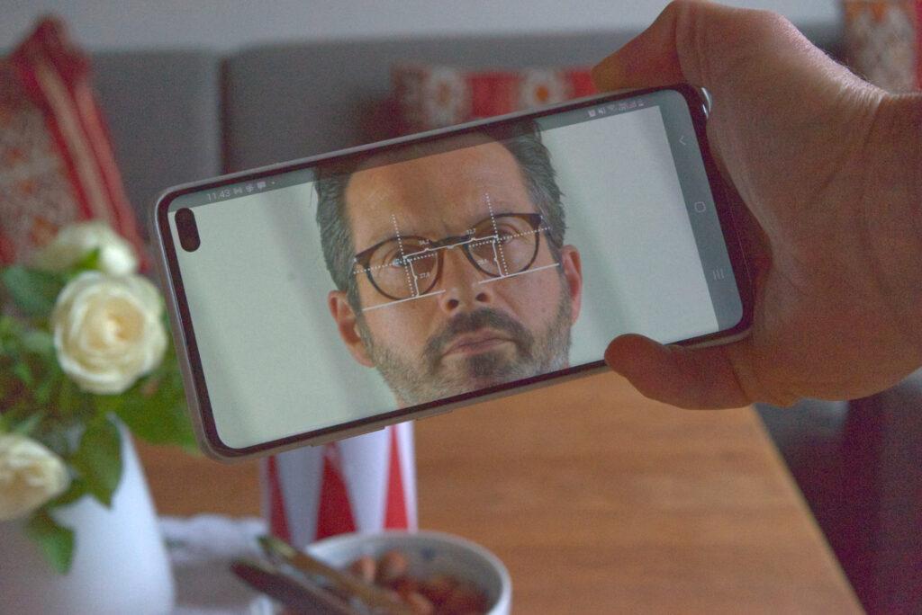 Avanceret præcision i opmåling af brilleglas med mobil telefon